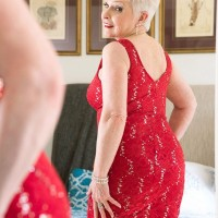 Sexy granny pornstar Jewel posing in pantyhose before giving blowjob