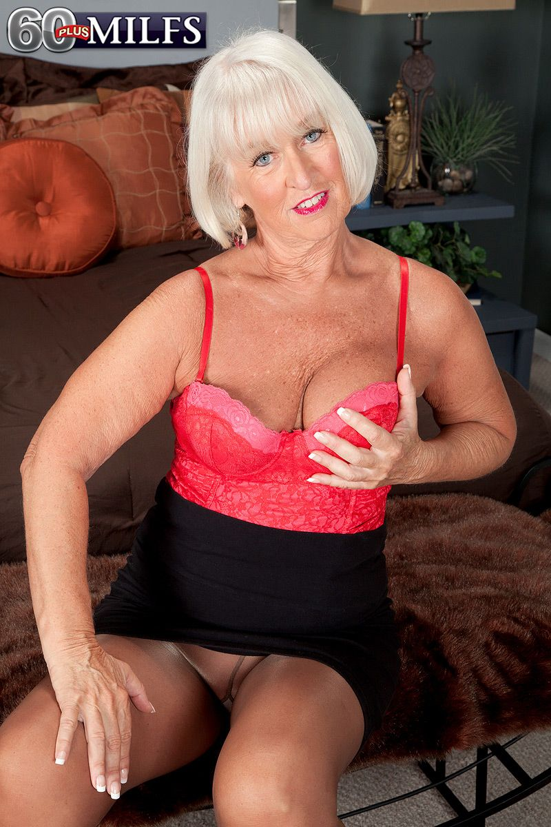Pantyhose clad granny Jeannie Lou takes two dicks in MMF threesome