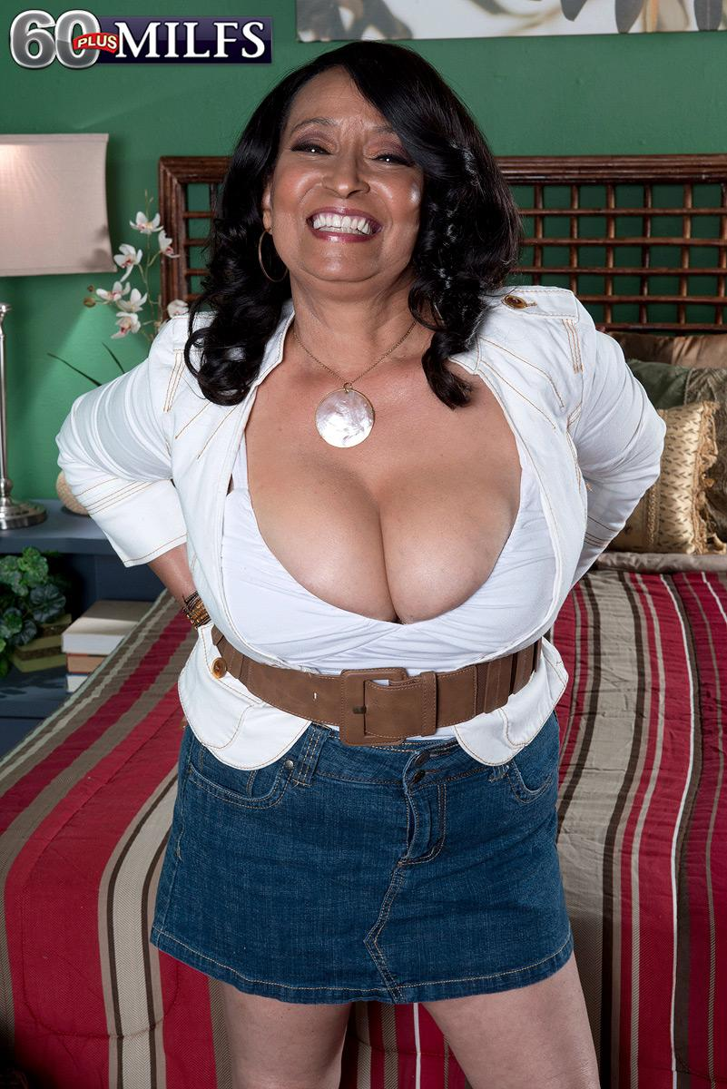 Big-chested over 60 brunette MILF Rochelle Beguiling whipping out big funbags for nipple play