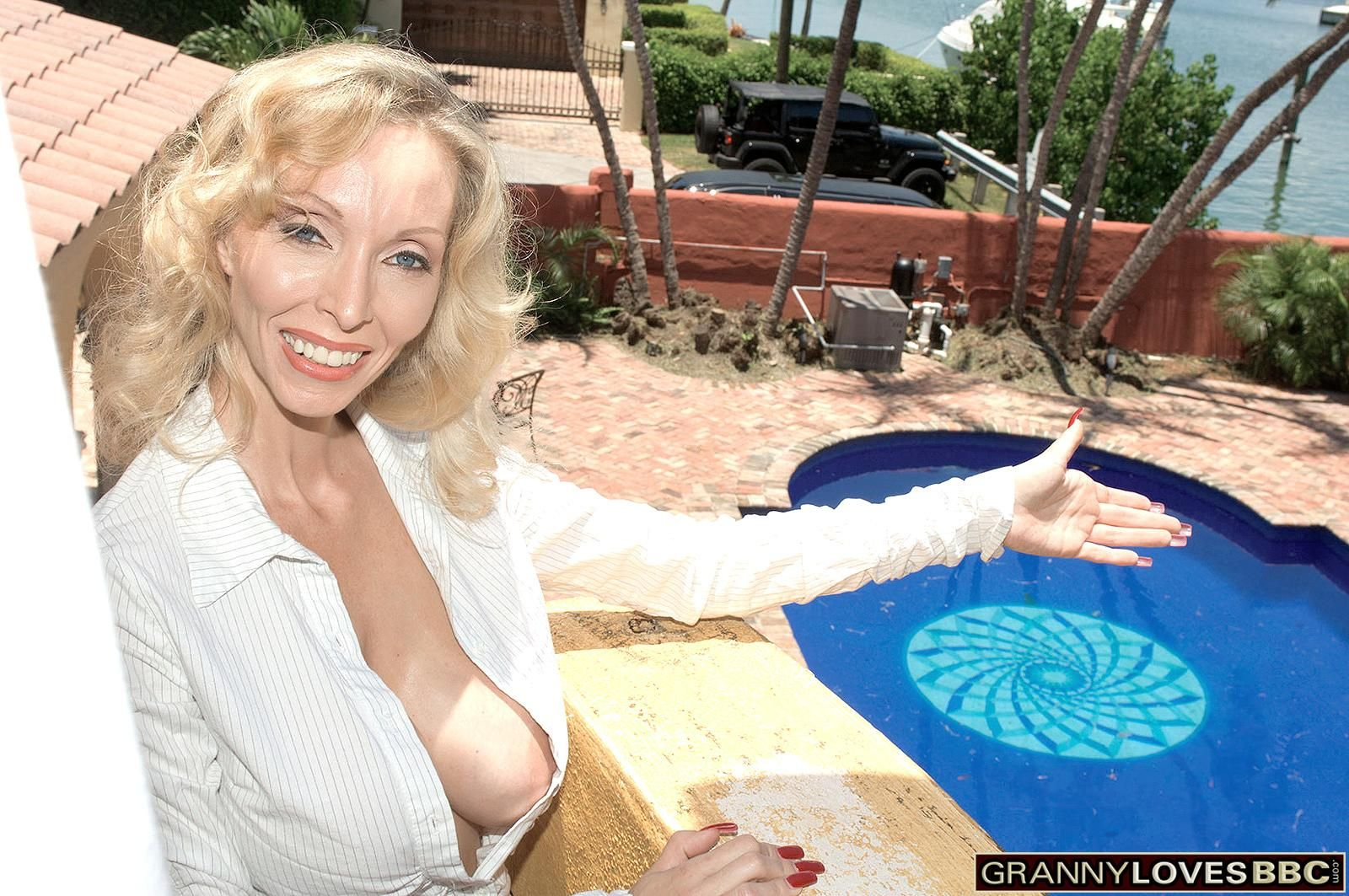 Big jugged sandy-haired grandma Ophelia Vixxxen delectations the hefty ebony penis of a junior boy