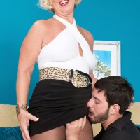 Pantyhose and miniskirt outfitted granny Jeannie Lou fellating big penis on knees